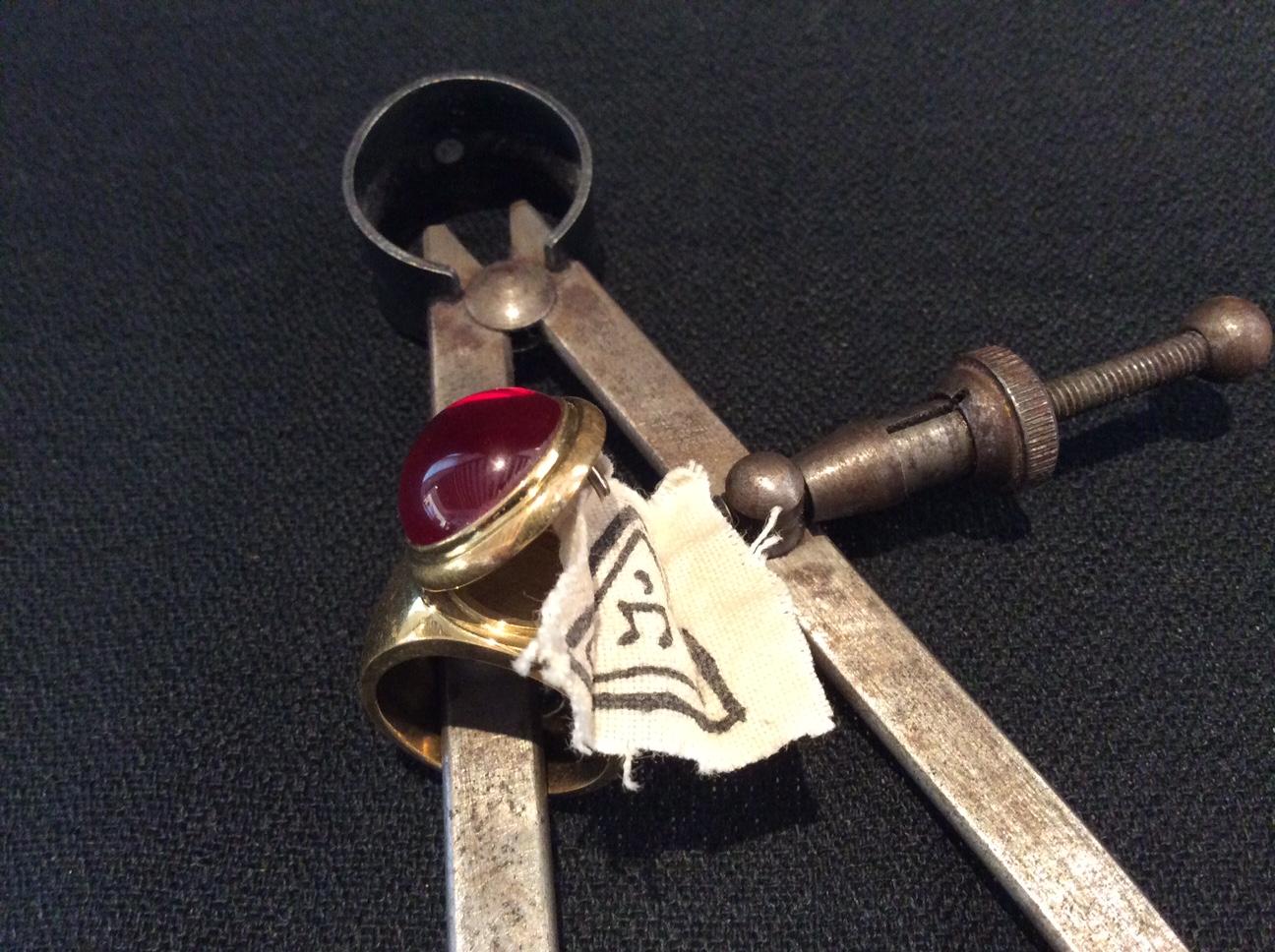 Bague ouvert avec morceau du suaire de thomas du triangle secret