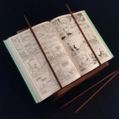 Lutrin sur table avec sigle du Triangle Secret avec livre ouvert